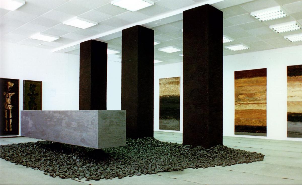 Zeit-Land : Installation Kunstverein SOB - mit Steinkohle (1 Tonne) + Graphitsäule liegend, schwebend + drei Säulen mit Erde aus dem Donaumoos + Bitumenbahnen + zwei Metronome